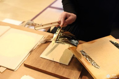 La feuille d'or est découpe avec du bambou japonais