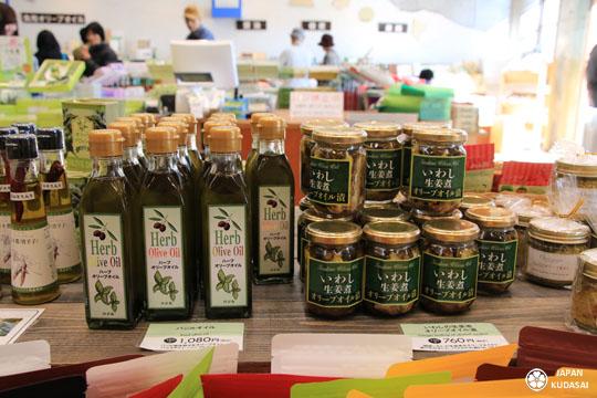 Sur l'île de Shodoshima dans la préfecture de Kagawa, on peut manger des olives et de l'huile d'olive vierge extra produite localement (slow food).
