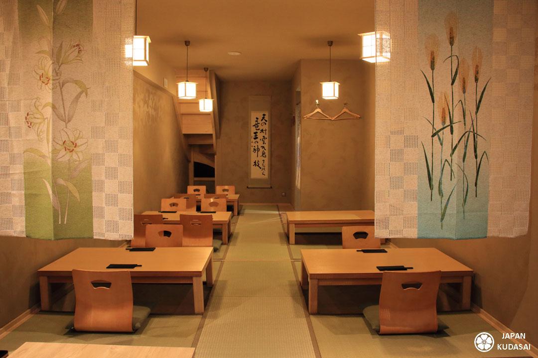 La salle du restaurant Iida-ya à Dole propose des plats japonais dans une ambiance chaleureuse avec tatamis.