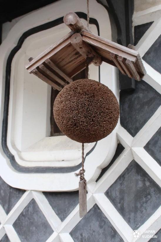 Pour repérer une brasserie au saké en voyage au Japon, il faut repérer les sugidama, ces boules de cèdres suspendues devant les fabriques. Le blog Japan kudasai vous emmène à leur découverte à Chizu, Tottori.