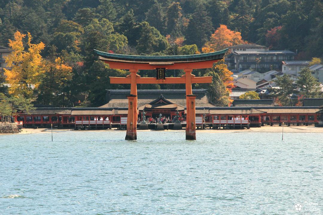 Le torii flottant de l'île de miyajima est pris ici depuis la navette régulière qui relie l'entrée du sanctuaire à l'île de Honshu (côté Hiroshima).