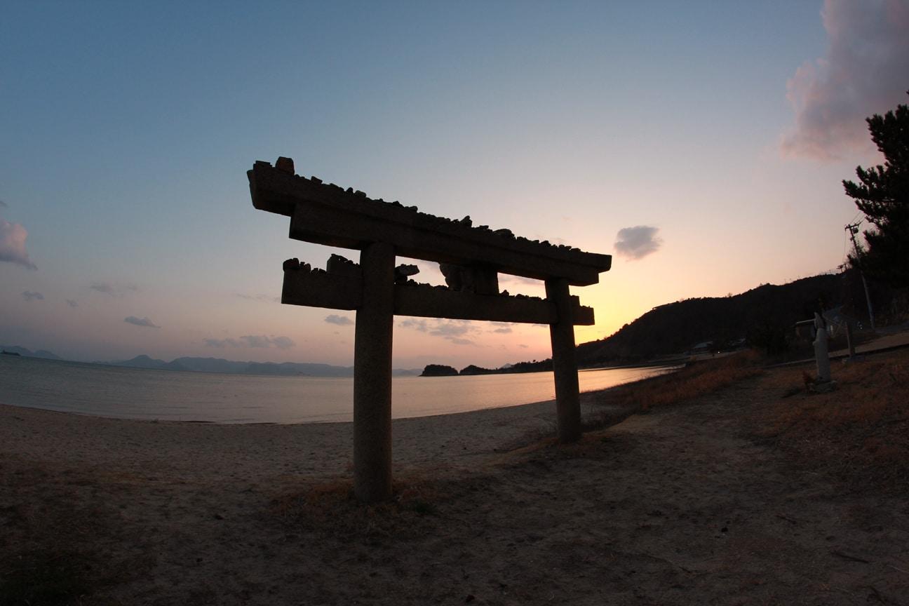 Beachside_Torii,_Naoshima