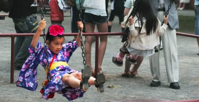 Ung flicka i yukata under Sapporos sommarfestival