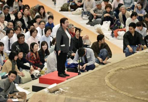 Amid uproar over gender discrimination in sumo, female mayor barred from speaking from the ring | The Japan Times