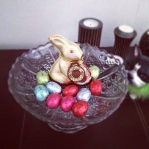 oeufs de pâques et petits lapins. Joyeuses fête de pâques