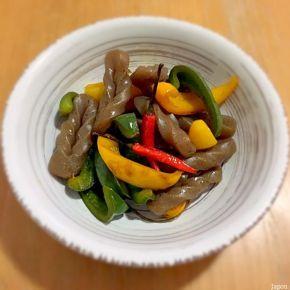 Itamemono de konnyaku aux poivrons こんにゃくとパプリカの炒め物