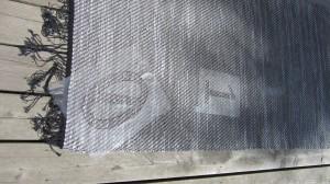 Schabloner i självhäftande plast på matta.