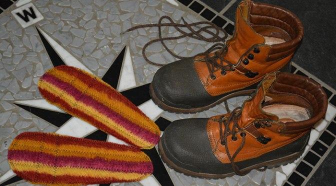 Stickat + tidningspapper = varma skosulor!