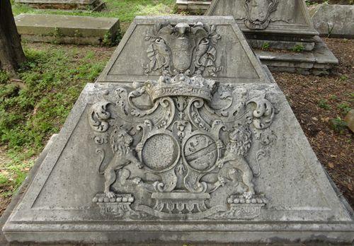 Le tombe dei Langlois, con gli stemmi delle rispettive famiglie