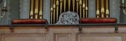 """Sopra, la cappella; sotto, particolare dei """"cuscini di velluto purpureo"""""""