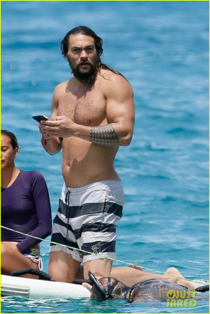 jason-momoa-shirtless-phone-june-2018-hawaii-08