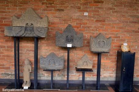 Batu bata itu adalah bekas gedung VOC yang umurnya 400 tahun. Untuk batu yang berwarna hitam, itu karena lama terkubur di dalam tanah.