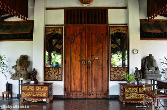 Pintu depan Museum di Tengah Kebun. Ada Ganesha sebagai penjaga pintu nya. Di sebelah kanan ada meja kecil dan buku tamu yang harus kita isi.
