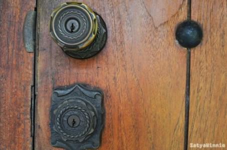 Pintu bekas penjara perempuan di Bukit Duri. Knop pintu nya sampai dua begitu ya.