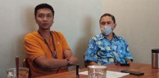 Desandrian dari bagian keuangan PT Darmi Bersaudara Tbk (kiri) bersama Coorporate Secretary Gazali Hasan, saat menjelaskan persoalan cek kosong
