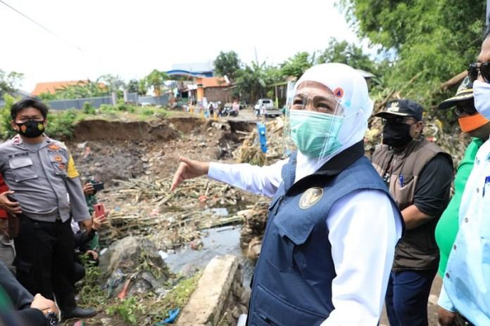 Tinjau Tanggul Jebol Akibat Banjir Pasuruan, Gubernur Khofifah Siapkan Skema Relokasi dan Rekonstruksi