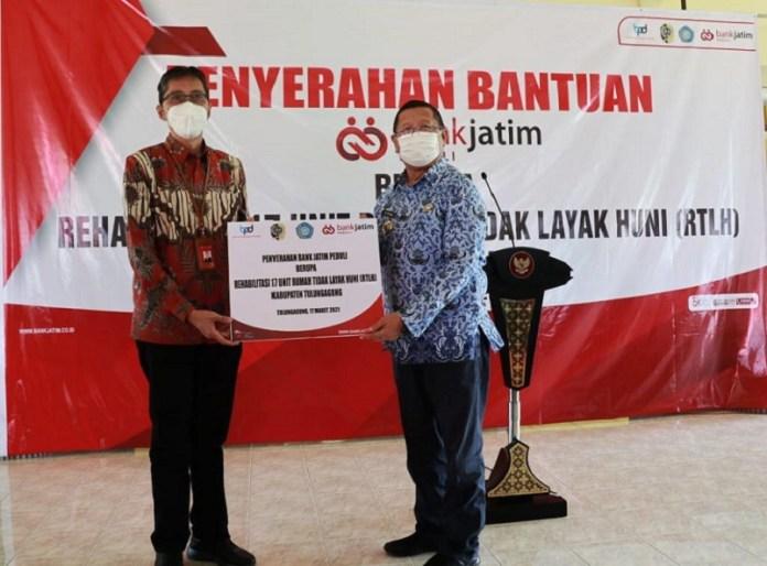 Bank Jatim Rehabilitasi Rumah Tak Layak Huni Lewat CSR Bank Jatim Peduli
