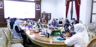 Gubernur Khofifah Minta Gerak Cepat dan Jemput Bola Percepat Vaksinasi Lansia