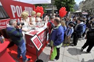 Tijekom prijepodneva na proslavu rođendana Coca-Coline bočice stiglo je ...