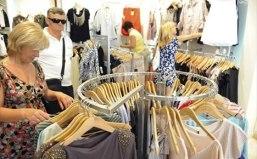 turisti-kupnja-odjeca-midi