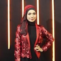 Indah Nevertari baju merah