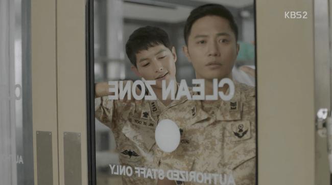 Kapten Yo Si-jin (Song Joong-ki) dan Mayor Seo Dae-young (Jin Goo) DotS Episode 11