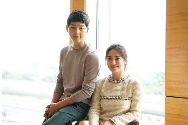 Foto Dr. Kang Mo Yeon dan Kapten Yoo Sijin Descendants of the Sun