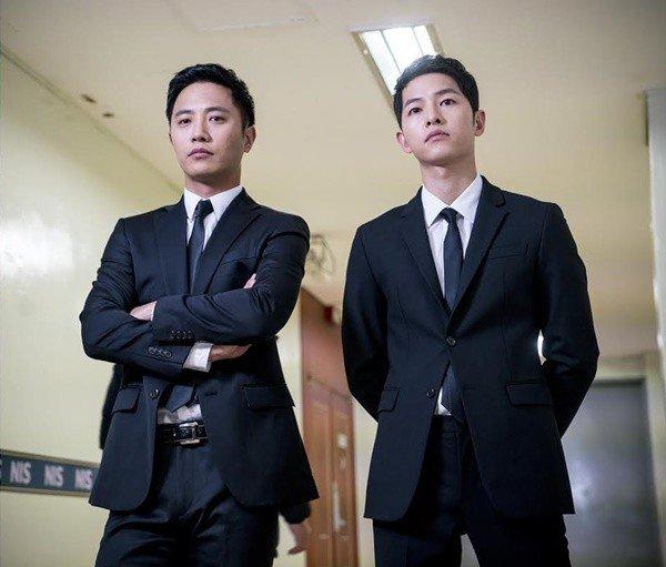 Mayor Seo Dae-young dan Kapten Yoo Sijin Descendants of the Sun