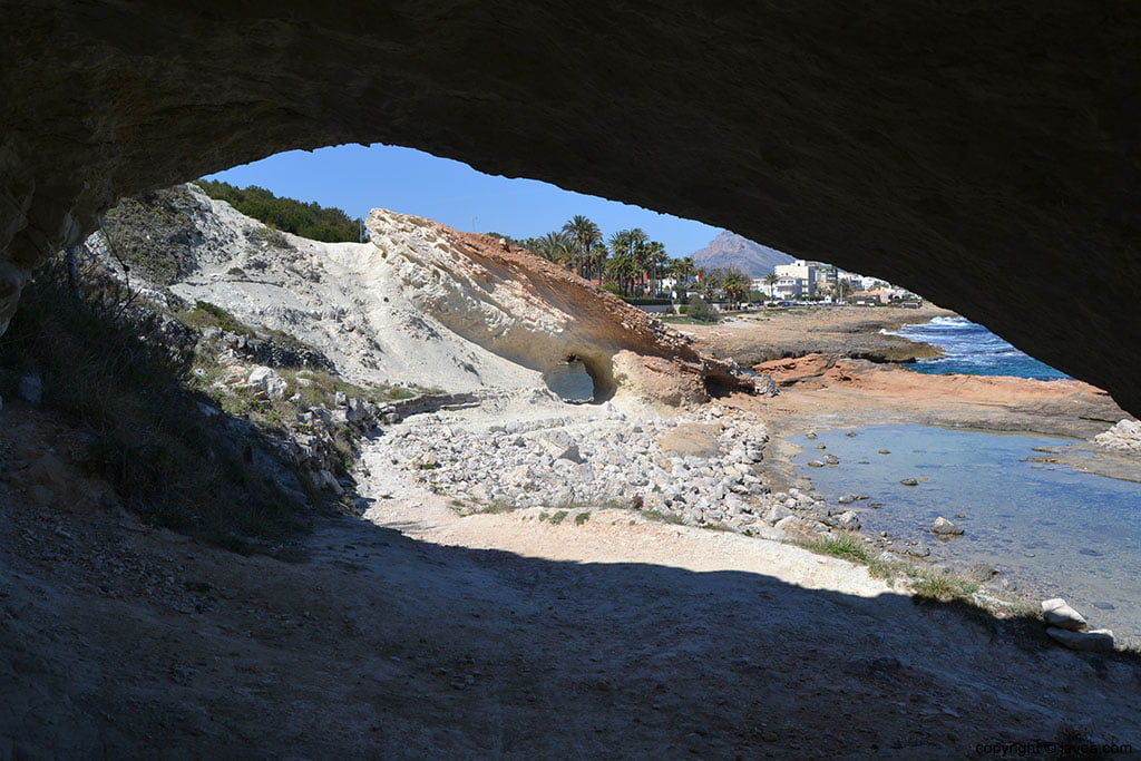 Pequeas cuevas en cala blanca en Jvea  Jveacom
