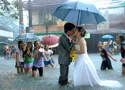 Beso durante el monzón
