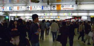 Estación de Shinjuku (Tokio, Japón) en hora punta.