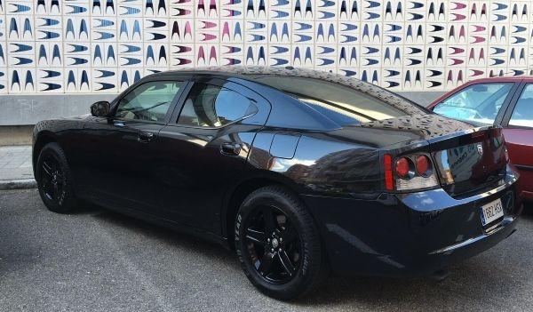 Dodge Charger recién pintado de negro