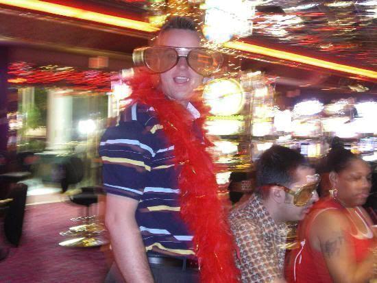 Juan y Javi en el Casino Royale echando unas partiditas. ¡ La foto está movida porque los de seguridad pillaron a Pilar tirando la foto !