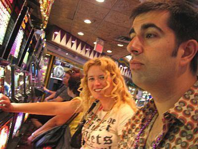 Eva partiendose de risa mientras Javi echa unas monedas a las lumis