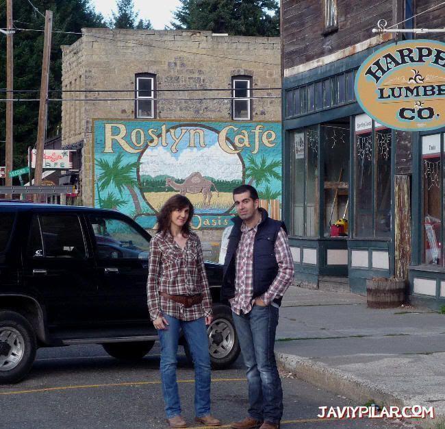 """Nosotros al lado del Roslyn Cafe. """"Doctor en Alaska"""" (""""Northern Exposure"""")"""