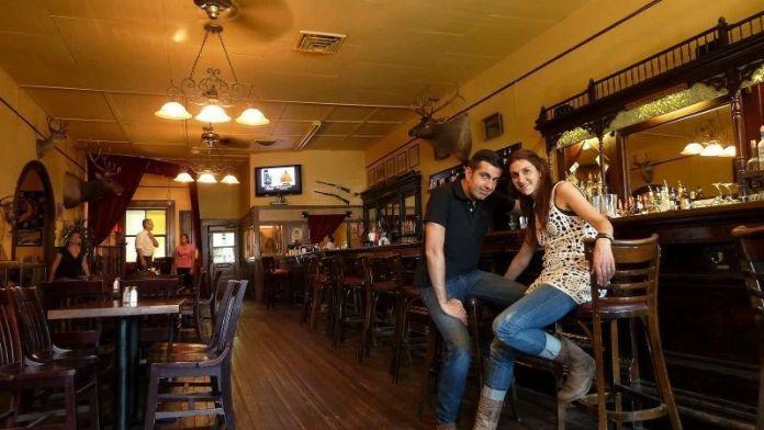 Nosotros en el Saloon Magnolia del Hotel Jeffery (Coulterville, California) en el verano de 2012