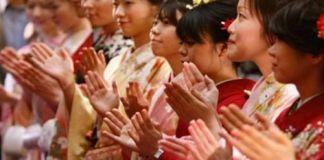 Mujeres vestidas con el tradicional kimono, dando palmas para desear el éxito en 2009 en la Bolsa de Tokio. 5 de enero de 2009 (Xinhua-Reuters Photo