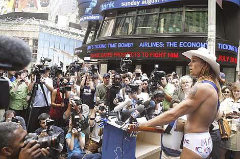 El vaquero desnudo (naked cowboy), en pleno mitin en Nueva York
