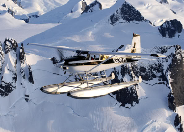 Cessna sobrevolando Alaska