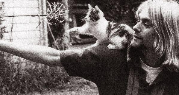 Foto de Kurt Cobain jugando con su gato
