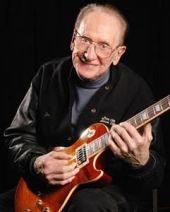 Les Paul con la guitarra Gibson que lleva su nombre