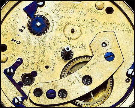 Interior del reloj de Abraham Liconoln en el que pueden verse las inscripciones ocultas