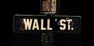 Detalle de la placa, con desperfectos por el atentado de Wall Street en 1920. Ap