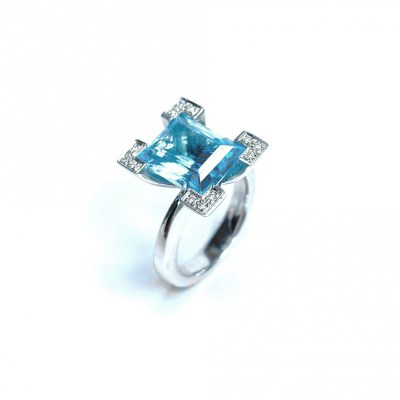 Second Hand Blue Topaz & Diamond Ring in 18ct White Gold