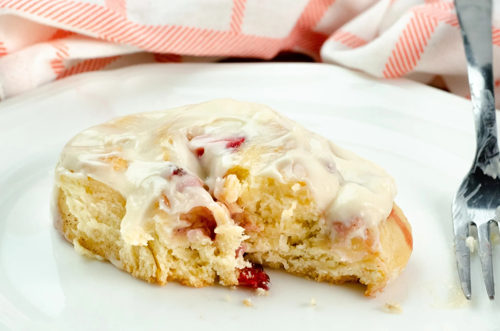 Strawberry Cinnamon Rolls with Cream Cheese Icing Bite. Bake your family my Strawberry Cinnamon Rolls with Cream Cheese Icing for a delicious breakfast treat. It's the star dish of any breakfast, brunch or weekday treat.
