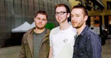 """来自英国的走走企鹅三重奏(GoGo Penguin)无疑是近两年来被认为是爵士乐界最引发话题的新兴乐团之一,特别是在2016年加盟蓝调之音唱片公司,并录制、发行了""""人造物化"""" ("""