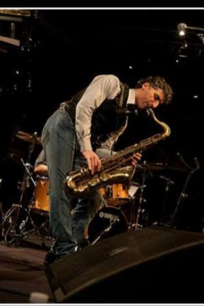 Felice Clemente durante un esecuzione con il suo sax tenore