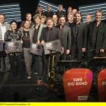 V.li.n.re.: Klaus-Peter Schöpfer (Co-Produzent), Hans-Peter Zachary (SWR Big Band Manager), Sabine Bachmann (Skip Records), Joo Kraus, Ralf Schmid (Arrangeuer & MD), Rudi Reindl (Geschäftsführer SWR Big Band GmbH) und die SWR Big Band. © SWR/Josh von Staudach