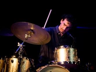 Yoann Serra (Drums) bei der musikalischen Arbeit. Foto: Petra Basche