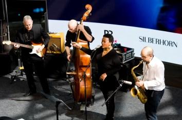 Die Band um Indra Rios-Moore. Foto: Susanne van Loon